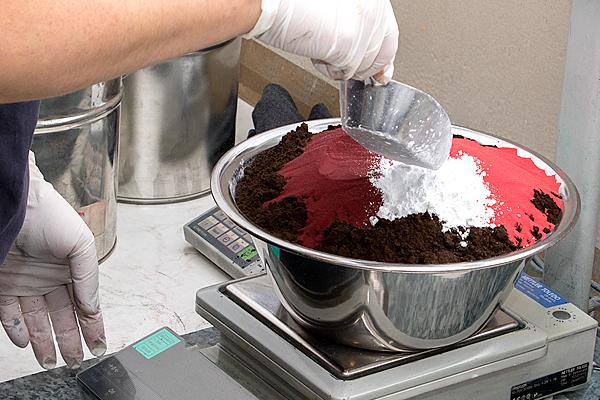 Halbich Kunststoffe färben - Regranulat & Feinmahlgut